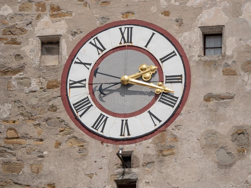 在伊布斯河畔魏德霍芬城市塔的老时钟  免版税库存图片