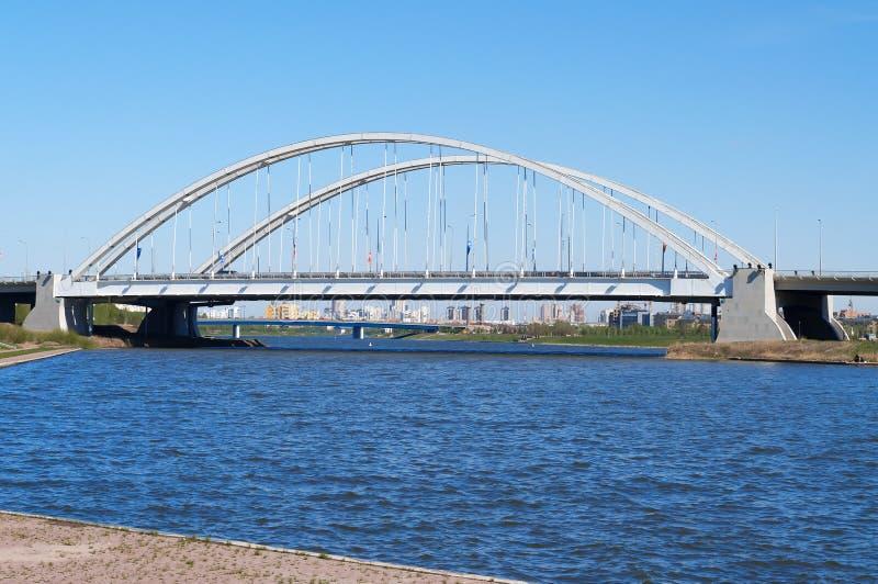 在伊希姆河的桥梁Arkhar在阿斯塔纳 免版税库存图片