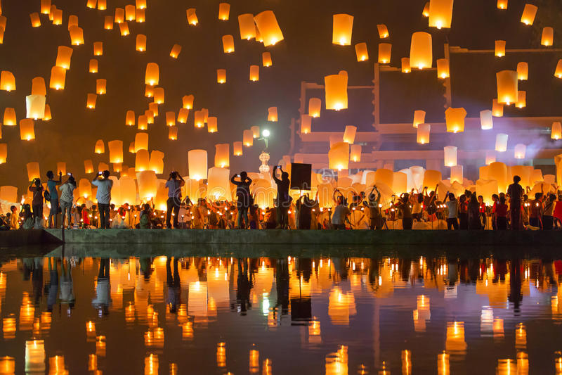 在伊彭节日期间,人们发布天空灯笼 免版税库存图片
