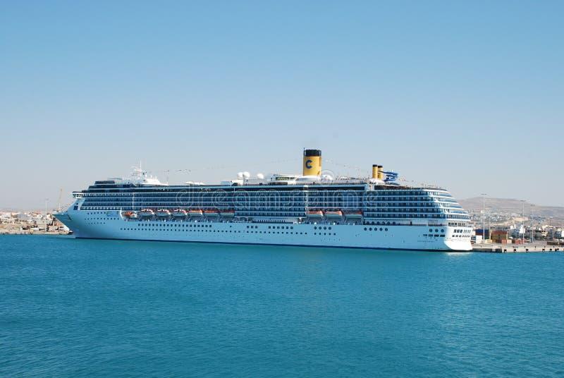 在伊拉克利翁港的大multideck巡航划线员在克利特海岛上的  库存图片