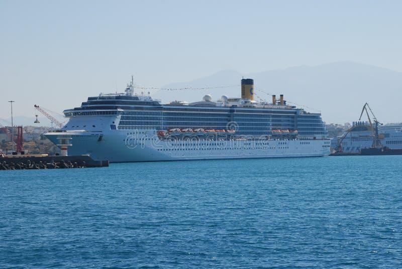 在伊拉克利翁港的大multideck巡航划线员在克利特海岛上的  库存照片