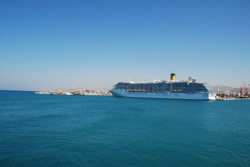 在伊拉克利翁港的大multideck巡航划线员在克利特海岛上的  免版税库存照片