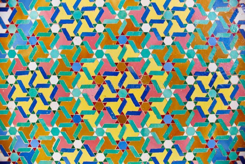 在伊斯兰教的清真寺、美好的阿拉伯瓦片样式和马赛克的几何回教马赛克在清真寺的墙壁和门上在卡萨布兰卡 库存照片