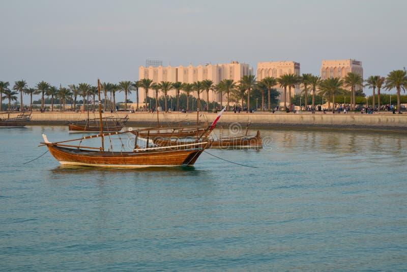 在伊斯兰教的艺术附近博物馆的单桅三角帆船在多哈 免版税库存照片