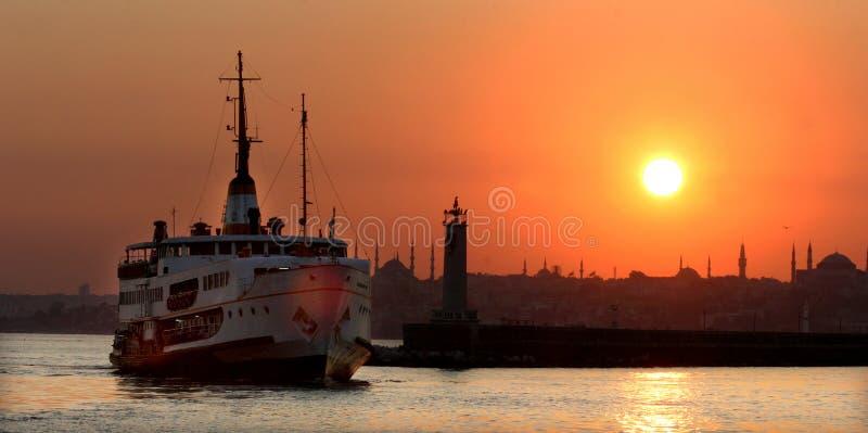 在伊斯坦布尔历史半岛和渡轮的日落 免版税库存图片