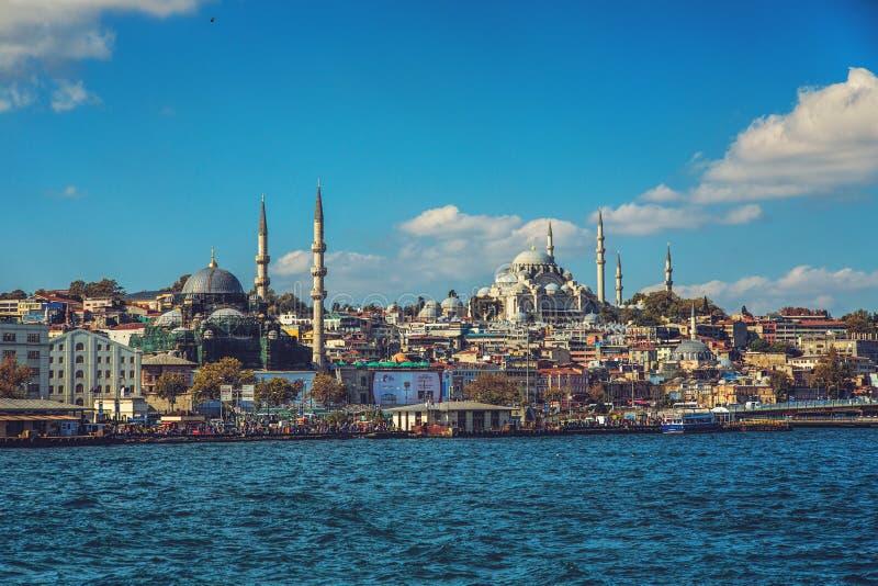 在伊斯坦布尔的历史部分的看法有它的` s清真寺和Eminonu堤防 免版税库存照片