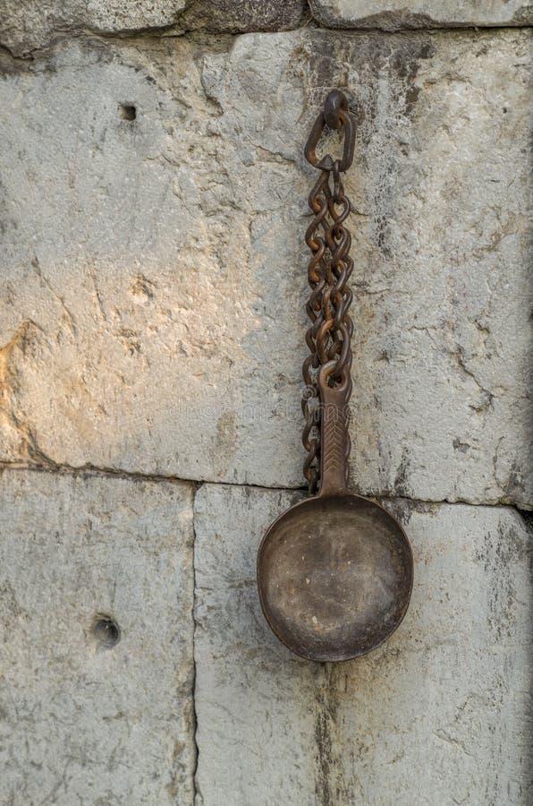 在伊斯坦布尔,土耳其街道的一个美丽的金属水龙头  土耳其无背长椅样式龙头 在石头的葡萄酒黄铜水龙头 免版税库存照片