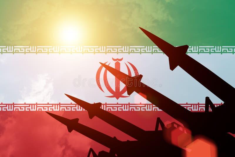 在伊朗旗子背景的防空火箭剪影  皇族释放例证