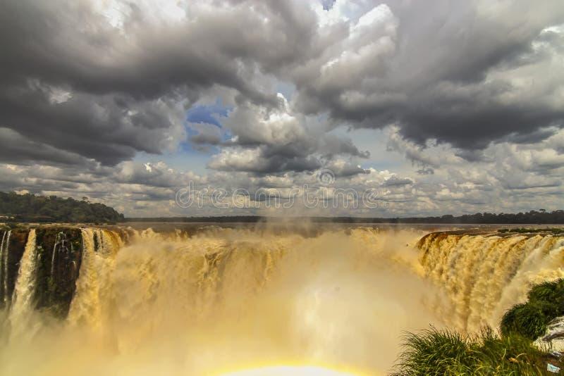 在伊瓜苏瀑布的壮观的瀑布 库存图片