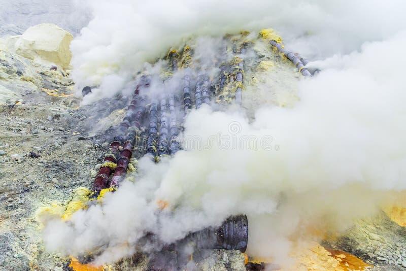 在伊真火山火山里面,东爪哇省,印度尼西亚火山口的硫磺矿  免版税库存照片
