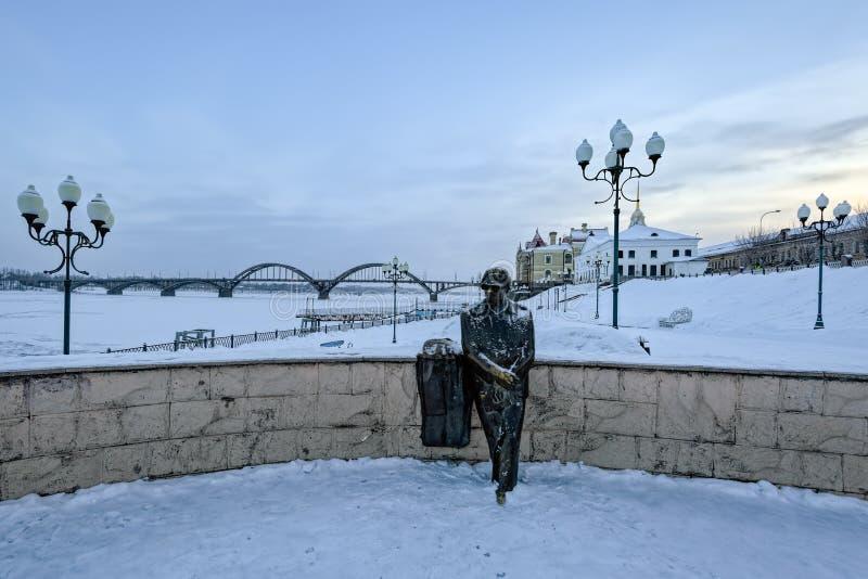 在伏尔加河堤防的单独纪念碑在雷宾斯克,俄罗斯 库存照片