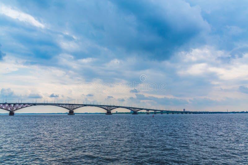 在伏尔加河的路桥梁在萨拉托夫和恩格斯,俄罗斯之间 多云夏日 库存图片