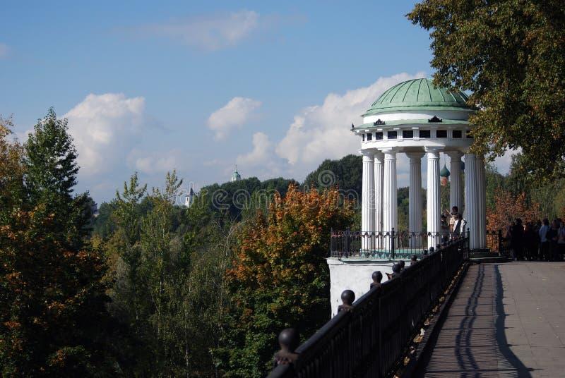 在伏尔加河的银行的树荫处在雅罗斯拉夫尔市 库存图片