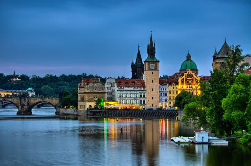 在伏尔塔瓦河河、查理大桥和塔的夜视图在布拉格,捷克 免版税库存照片
