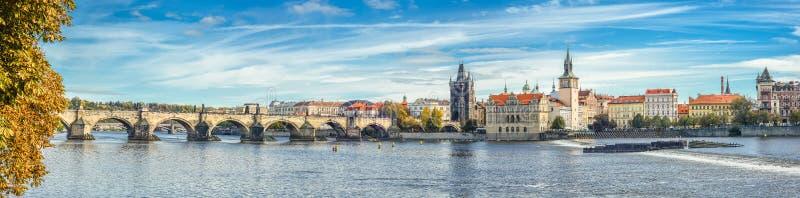 在伏尔塔瓦河河、查理大桥和布拉格城堡,捷克的全景秋天河视图 老布拉格城镇 全景 免版税库存图片