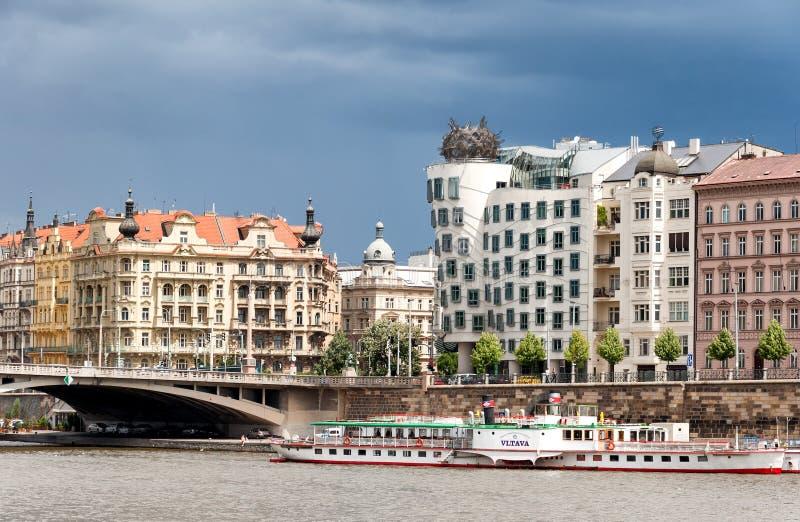 在伏尔塔瓦河河、桥梁和著名跳舞房屋建设的看法在布拉格 库存图片