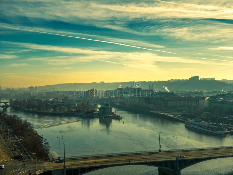 在伏尔塔瓦河河的布拉格空中夏天飞行 图库摄影