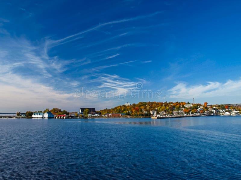 在休伦湖畔的秋天风景 免版税库存图片