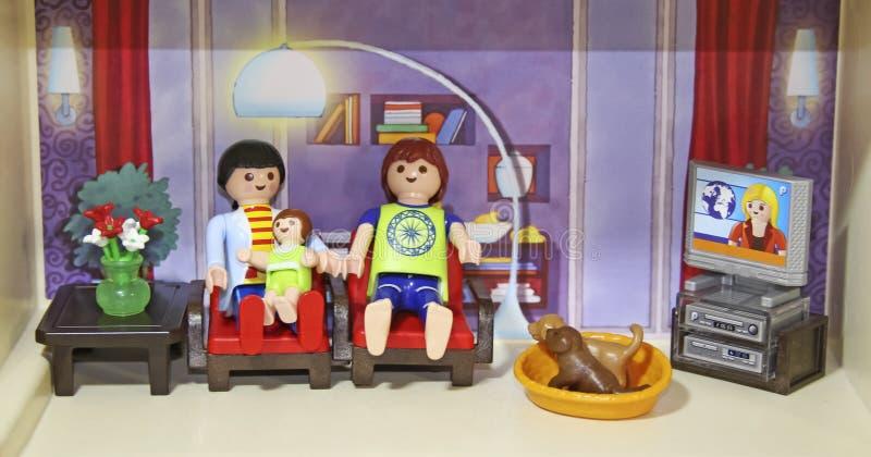 在休息室休息的玩偶家庭 免版税库存图片