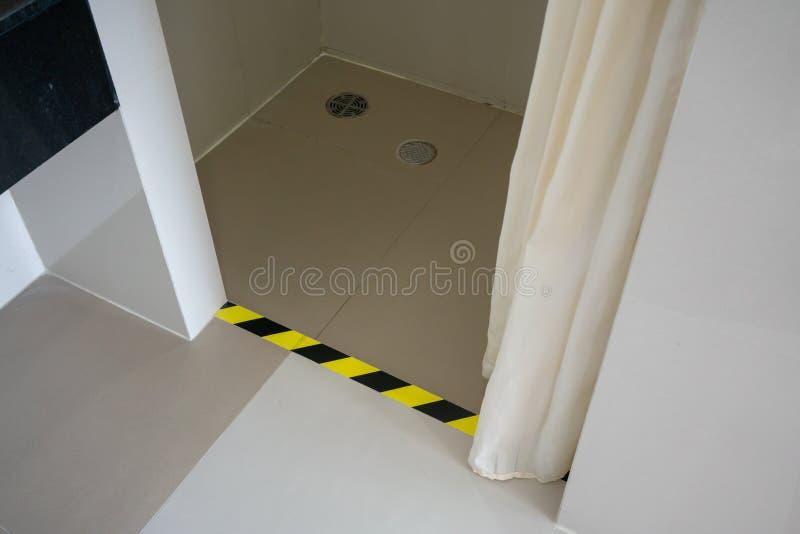 在休息室或洗手间里面的步警告 黄色黑样式 库存图片