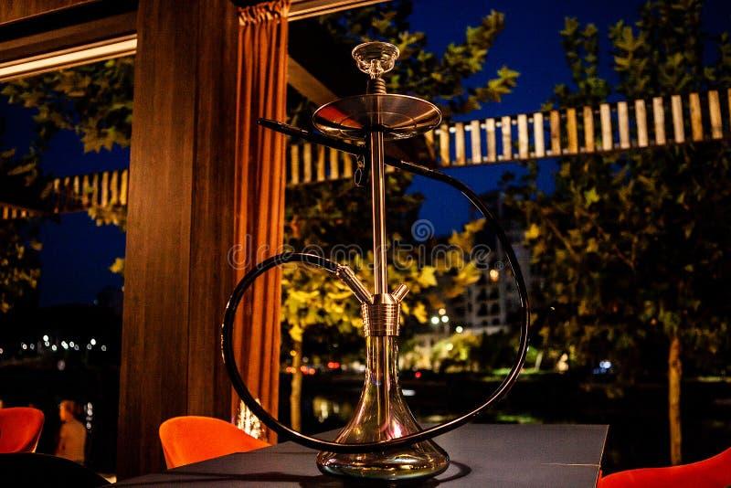 在休息室酒吧的水烟筒在桌上 图库摄影