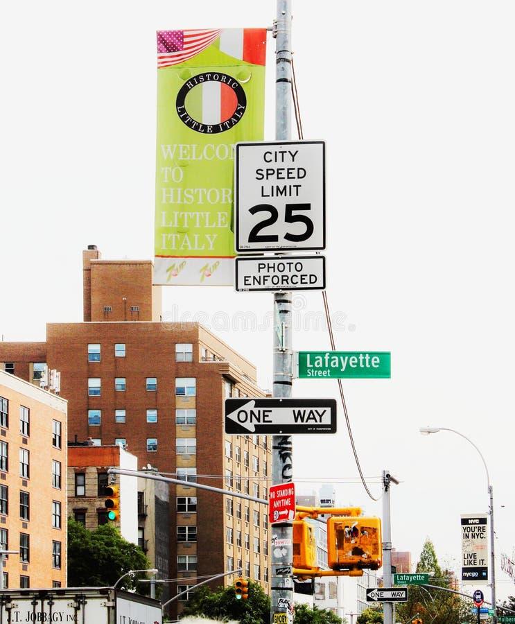 在休斯敦和拉斐特街,街市曼哈顿的交叉点的路标在纽约 免版税图库摄影