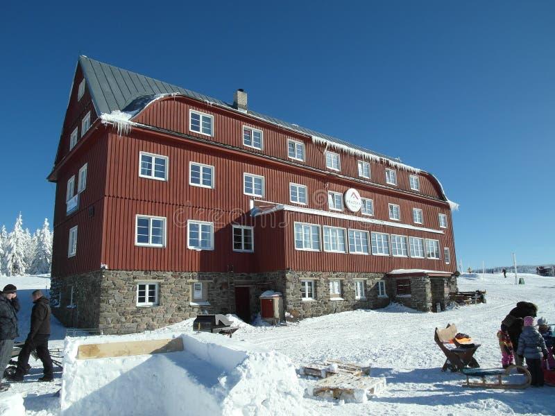 在休闲和滑雪胜地的山村庄 免版税库存图片