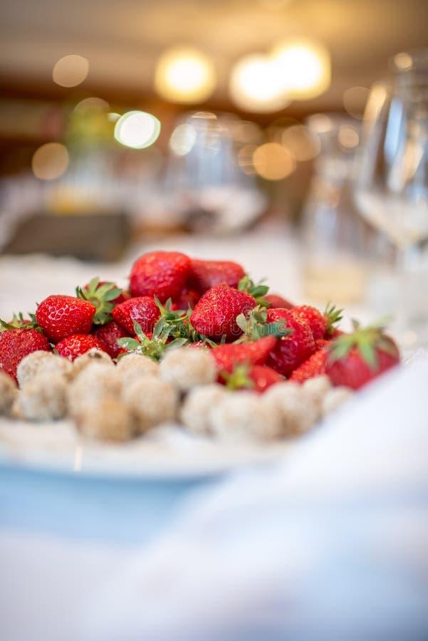 在优美地装饰的桌上的草莓 库存图片