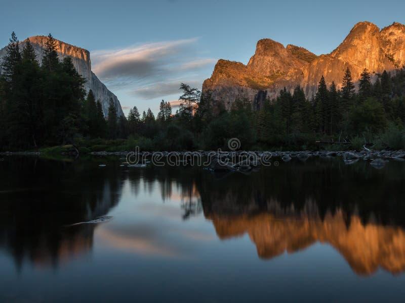 在优胜美地公园的日落从河的秋天的 图库摄影