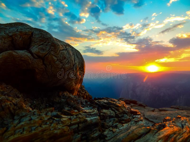 在优胜美地山的壮丽落日 免版税库存图片