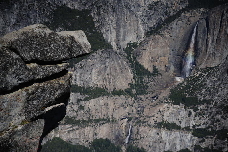 在优胜美地瀑布反映的彩虹 免版税库存照片