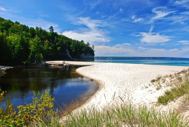 在优越湖,密执安,美国的城堡海滩 免版税库存图片