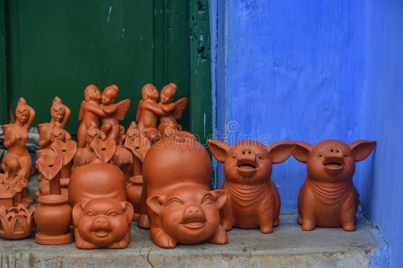 在会安市奥尔德敦,越南的陶瓷猪玩具 免版税库存照片