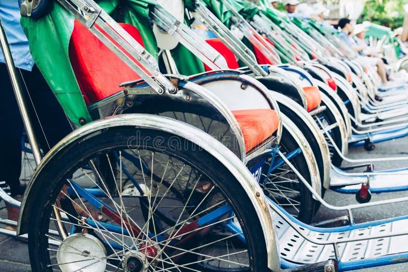 在会安市老市中心街道上停放的人力车自行车在越南 免版税库存图片