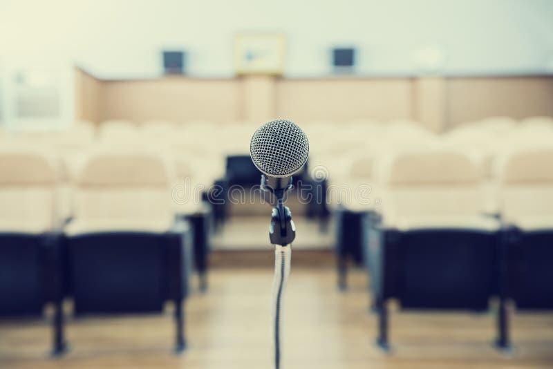 在会议之前,在空的椅子前面的话筒 免版税图库摄影