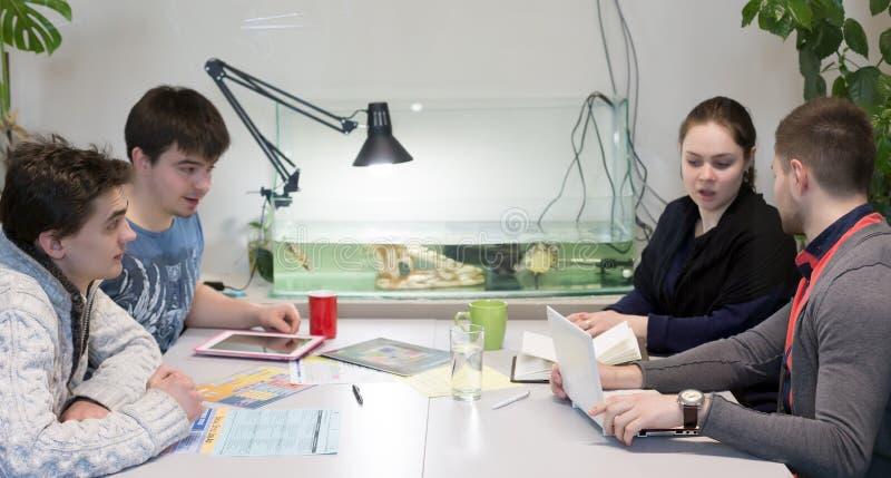 在会议室的企业讨论 免版税图库摄影