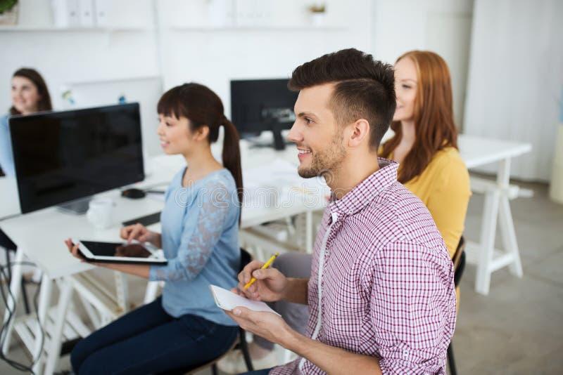 在会议或研讨会的创造性的队在办公室 图库摄影