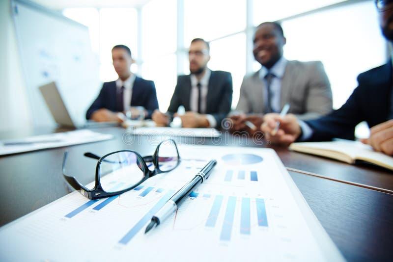 在会议桌上的商业文件 免版税库存照片