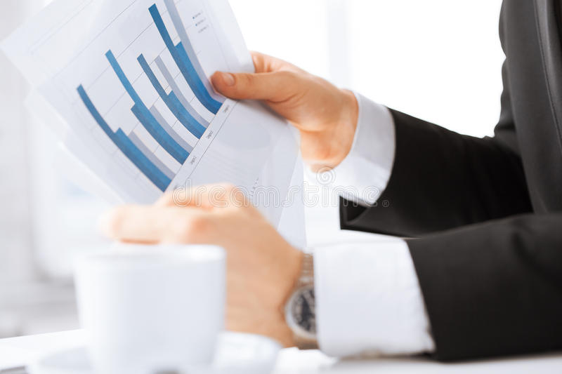 在会议的谈论的商人图表 免版税图库摄影