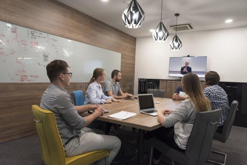 在会议的起始的企业队在现代办公室 库存图片