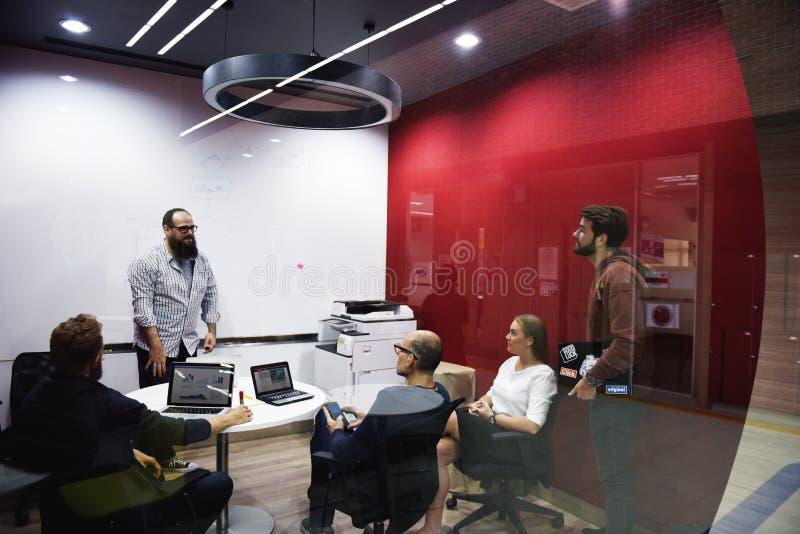 在会议车间的起始的企业队激发灵感 免版税库存照片