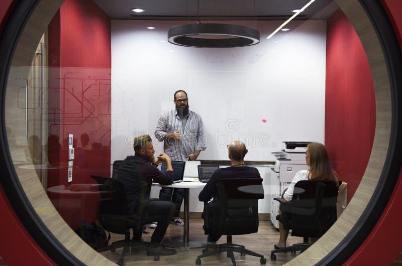 在会议车间的起始的企业队激发灵感 库存图片