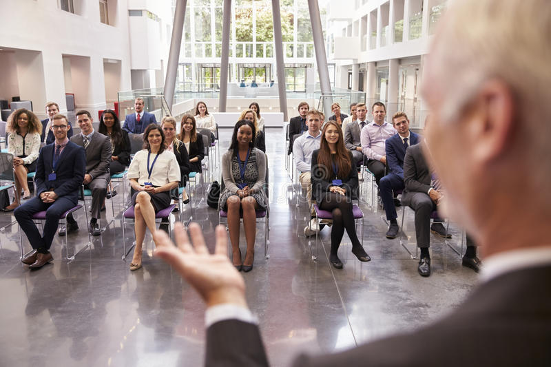 在会议介绍以后的观众赞许的报告人 库存图片