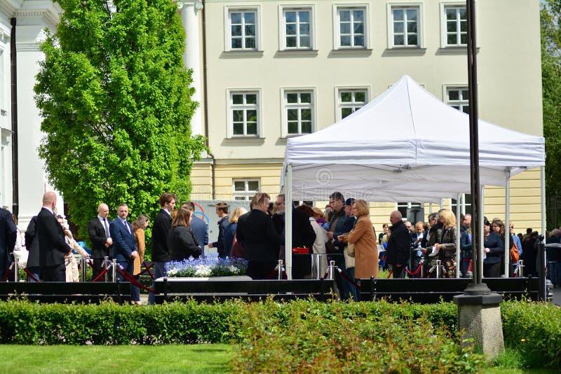 在会谈前的人们与欧洲理事会的总统在华沙大学的 '尊敬宪法' 库存图片