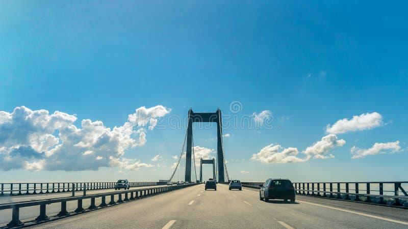 在伟大的传送带桥梁的汽车在丹麦 库存照片