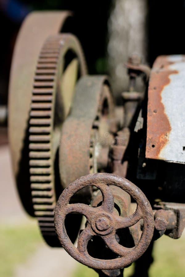 在传动机构的老金属齿轮 用于机器的生锈的齿轮 免版税库存照片