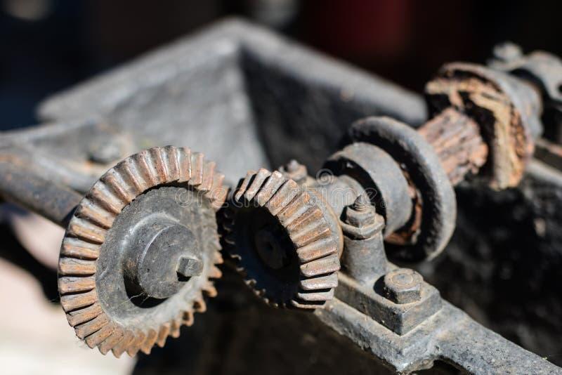 在传动机构的老金属齿轮 用于机器的生锈的齿轮 免版税库存图片