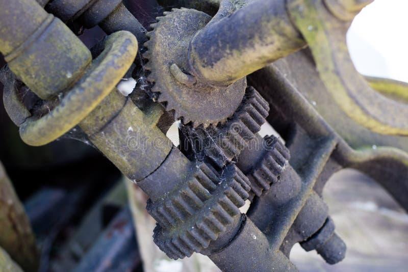 在传动机构的老金属齿轮 用于机器的生锈的齿轮 库存照片