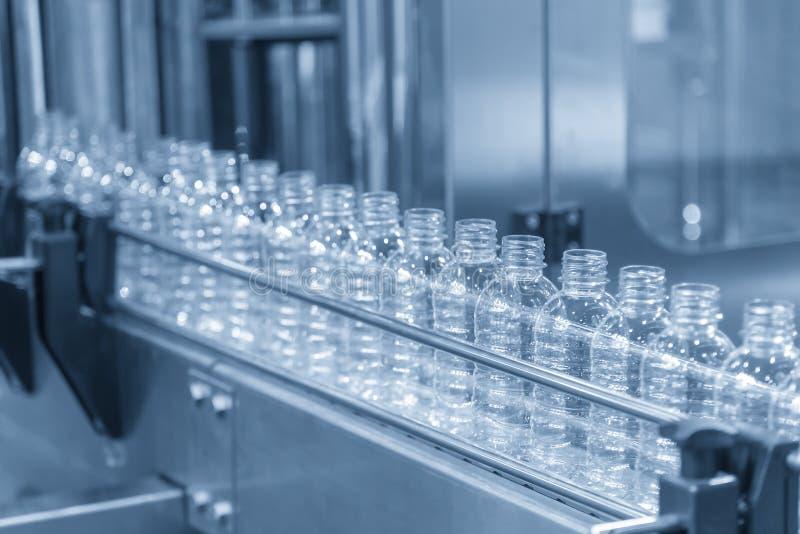 在传动机的塑料瓶在工厂 库存图片