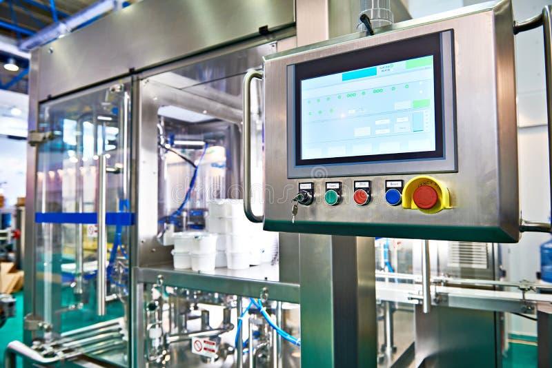 在传动机的控制板显示器在包装的食物工厂 库存图片